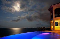 Buntes beleuchtetes Haus durch Ozean Lizenzfreies Stockbild