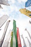 Buntes Beschwörungsformelmarkierungsfahnenfeld in Darjeeling Lizenzfreie Stockfotos
