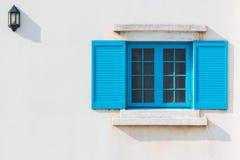 Buntes blaues Fenster und Detail des Hausäußeren Lizenzfreie Stockbilder