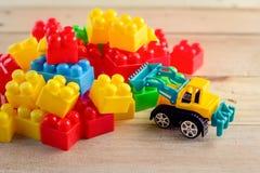 Buntes Blockspielzeug mit Planierraupenspielzeug Lizenzfreies Stockbild