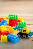 Buntes Blockspielzeug mit Planierraupenspielzeug Lizenzfreie Stockfotografie