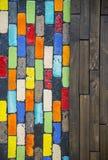 Buntes Blockwandmuster mit hölzernem Muster Stockfoto