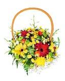 Buntes Blumenblumenstrauß-Anordnungsmittelstück in einem Weidengeschenk lizenzfreie stockfotos