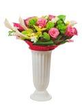Buntes Blumenblumenstrauß-Anordnungsmittelstück im Vase lokalisiert. Stockbilder