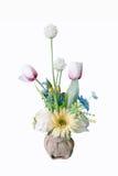 Buntes Blumenblumenstrauß-Anordnungsmittelstück im Vase lokalisiert stockfotos