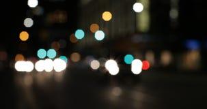 Buntes bokeh von Autolichtern auf der Straße nachts 4k stock video