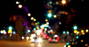 Buntes bokeh von Autolichtern am Verkehrszeichen auf Straße nachts 4k stock video