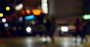 Buntes bokeh von Fahrzeuglichtern am Verkehrszeichen auf Straße nachts 4k stock video