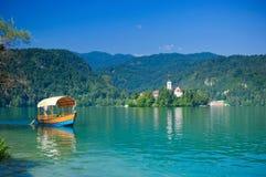 Buntes Boot auf dem See verlaufen. Slowenien Lizenzfreies Stockfoto