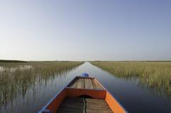 Buntes Boot auf See Stockfotografie