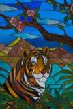Buntes Buntglas, das einen Tiger bildlich darstellt Stockbild