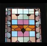 Buntes Buntglasfenster, lokalisiert auf einem schwarzen Hintergrund Lizenzfreies Stockbild