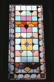 Buntes Buntglasfenster, lokalisiert auf einem schwarzen Hintergrund Lizenzfreie Stockbilder