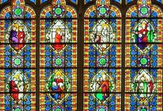 Buntes Buntglasfenster mit Heiligen Stockfoto