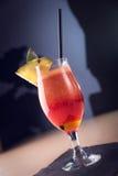 Buntes Cocktail - Glas von frischen Rote-Bete-Wurzeln, von Apple und von Karotte J lizenzfreie stockbilder