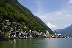Buntes Dorf am Fuß Alpenbergen Österreich stockbild
