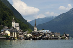 Buntes Dorf Hallstadtt am Fuß Alpenbergen schließen den See an stockfoto