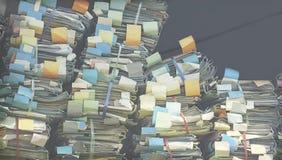 Buntes Dossier gemacht vom stapelbaren Papierlos, ungeordnet lizenzfreies stockbild
