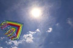 Buntes Drachenfliegen im Hintergrundhimmel des blauen Himmels Helle Sonne lizenzfreie stockfotografie