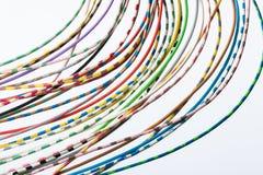Buntes Drahtseil auf einem hellen Hintergrund entziehen Sie Hintergrund technologie Lizenzfreies Stockbild