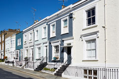 Buntes Englisch bringt Fassaden in einem sonnigen Tag in London unter stockfotos