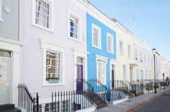 Buntes Englisch bringt Fassaden in London unter stockbilder