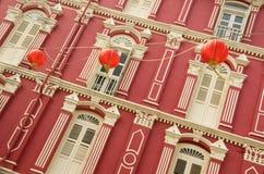 Buntes Erbe Windows und chinesische Laternen, Singapur Lizenzfreie Stockfotos