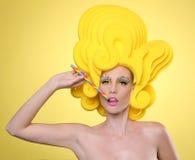 Buntes exotisches Bild Frauen-des tragenden Süßigkeits-Makes-up Stockbild