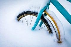 Buntes Fahrrad bedeckt mit Schnee Stockfotografie