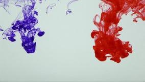 Buntes Farben-Tinten-Tropfen-Spritzen im Underwater im Wasser-Pool stock footage