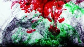 Buntes Farben-Tinten-Tropfen-Spritzen im Underwater im Wasser-Pool stock video