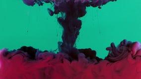 Buntes Farben-Tinten-Tropfen-Spritzen im Underwater im Wasser-Pool stock video footage