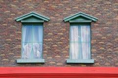 Buntes Fenster auf Backsteinmauer Lizenzfreies Stockbild