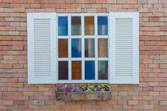 Buntes Fenster auf der Wand. lizenzfreies stockbild