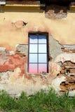 Buntes Fenster im Altbau lizenzfreie stockbilder