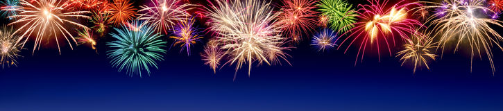 Buntes Feuerwerk auf Blau