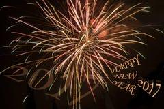 Buntes Feuerwerk auf dem schwarzen Himmelhintergrund, guten Rutsch ins Neue Jahr, 2017 Lizenzfreie Stockfotografie