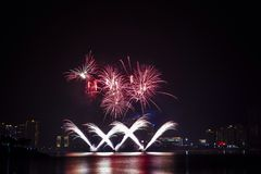 buntes Feuerwerk nahe Fluss Lizenzfreie Stockfotografie