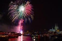 Buntes Feuerwerk vor der Kathedrale von Köln Stockfotografie