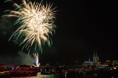 Buntes Feuerwerk vor der Kathedrale von Köln Lizenzfreie Stockfotografie