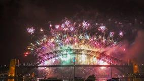 Buntes Feuerwerk während Sylvesterabend Sydneys stockfotos