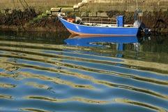 Buntes Fischerboot und gewelltes Wasser, Nord-Portugal stockbilder