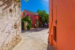 Buntes Fiskardo-Dorf in Kefalonia Griechenland lizenzfreie stockfotografie