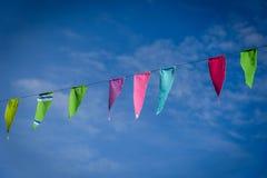 Buntes Flaggenfliegen auf blauem Himmel Lizenzfreie Stockbilder
