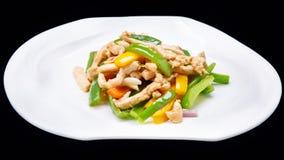 Buntes Fleisch und Gemüse brät gekocht werden lokalisiert auf schwarzem Hintergrund, chinesische Küche an Stockfotos