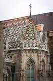 Buntes Fliesendetail über Dach von St. Matthias Church in Budapest, Stockfoto