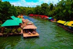 Buntes Flussuferbootshaus entlang dem Fluss Stockfoto