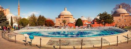 Buntes Frühlingspanorama von Sultan Ahmet-Park in Istanbul Stockbild