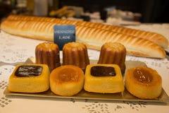 Buntes Gebäck mit f-Creme und Schokolade, die wirklichen französischen Süßigkeiten lizenzfreie stockfotografie