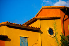 Buntes gelbes/orange Haus Stockfotografie